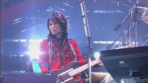 O baixista Heath parece ter vindo de um Final Fantasy para os palcos